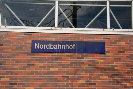 Señal fuera de la estación Nordbahnhof en Mitte Berlín Alemania