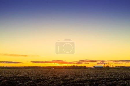 Photo pour Vous pouvez vraiment voir beaucoup de ciel dans le nord de la Finlande. Le terrain est très plat, mais offre un très bon endroit pour regarder les couchers de soleil . - image libre de droit