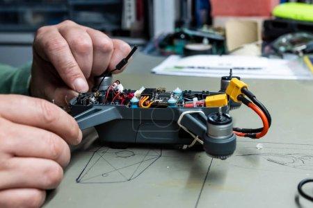 Drone se abrió para reparar el daño por accidente. La carcasa superior ha sido removida para tener acceso a las partes internas del dron