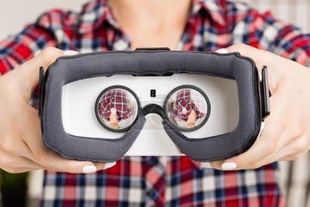 Photo pour Femme heureuse expérience Vr-casque lunettes de réalité virtuelle à la maison que les mains beaucoup gesticulant - image libre de droit