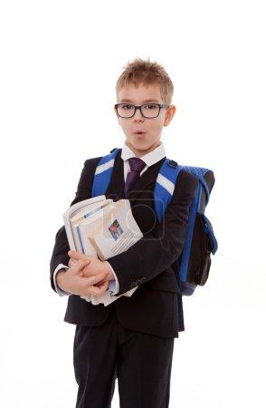 Schüler mit Rucksack, einem Stapel Bücher auf weißem Hintergrund