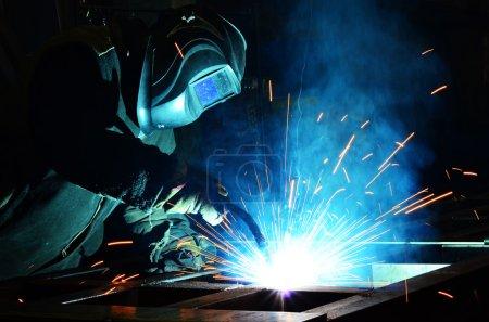 Photo pour Cuisines soudeur métallique machines à souder les structures en acier d'usine - image libre de droit