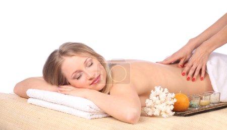 Photo pour Jeune femme en recevant un massage au spa, studio - image libre de droit