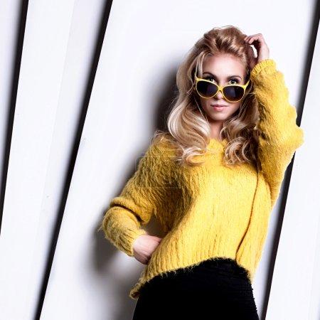 Photo pour Jeune femme blonde à la mode posant en studio . - image libre de droit