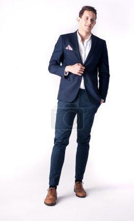 Foto de Guapo joven elegante hombre posando en traje de moda . - Imagen libre de derechos
