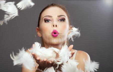 Photo pour Belle dame blonde mignonne posant. Prise de vue. Une femme heureuse. Portrait beauté . - image libre de droit