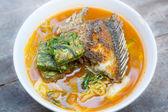 Polévka a pikantní kari s omeletu ryb a zeleniny.