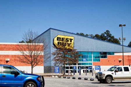 Augusta, Ga États-Unis - 03 04 21 : Best Buy parking et ciel bleu dégagé pour les magasins de détail - Walton Way ext