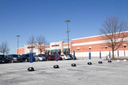Augusta, Ga États-Unis - 03 04 21 : Ligne de panneaux de signalisation de stationnement de ramassage en bordure de trottoir Best Buy and Office Depot - Walton Way ext