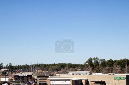 Augusta, Ga USA - 03 04 21 : Vue d'ensemble des centres commerciaux et du trafic urbain ciel bleu clair - Walton Way ext