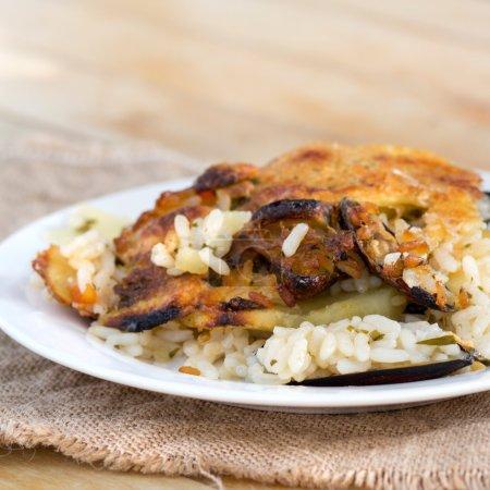 Photo pour Riz aux pommes de terre et moules - plat traditionnel des Pouilles, Italie du Sud - image libre de droit