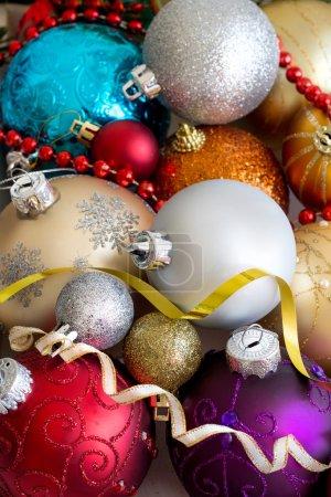 Photo pour Boules de Noël colorés dans une boîte en bois - image libre de droit