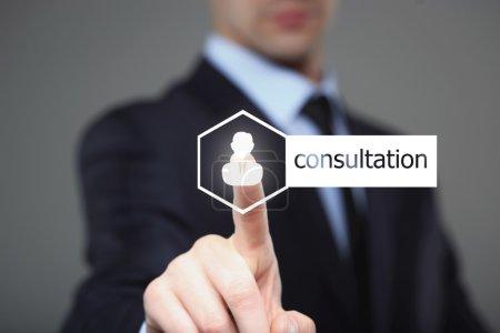 Photo pour Technologie, internet et les réseaux concept - homme d'affaires touche consultation sur écrans virtuels - image libre de droit
