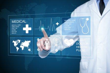Foto de Doctor trabajando en una pantalla virtual. concepto de tecnología médica - Imagen libre de derechos