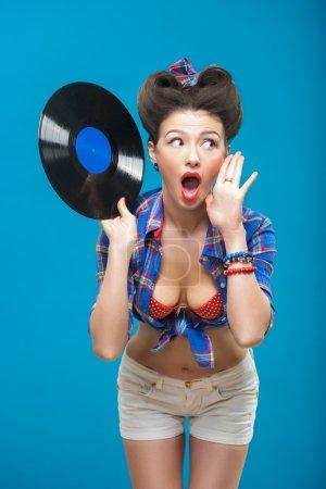 Photo pour La photo vintage de fille sexy tenant disque de vinyle . - image libre de droit
