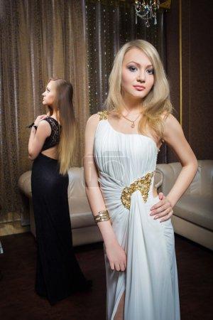 Photo pour Chic filles de luxe en robes de soirée dans de beaux cadres - image libre de droit