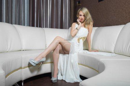 Photo pour Chic fille de luxe en robe de soirée dans de beaux cadres - image libre de droit