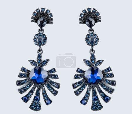 les boucles d'oreilles poire diamants. gemmes bleues