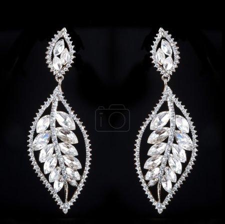 Photo pour Boucles d'oreilles Poire Diamants sur fond noir sur fond noir - image libre de droit