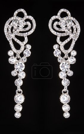 Photo pour Boucles d'oreilles en argent avec des bijoux sur le noir - image libre de droit