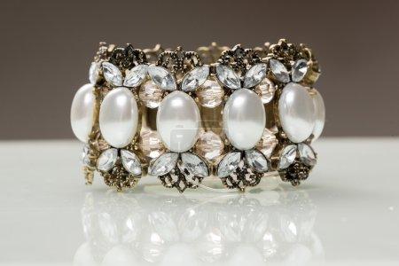 Photo pour Large bracelet avec cristaux et pierres blanches - image libre de droit