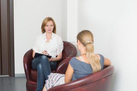 Photo pour Femme avec problème à l'accueil pour psychologue. style de vie - image libre de droit