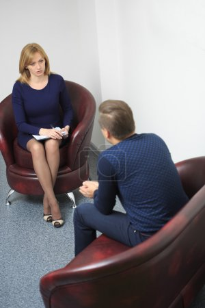 Photo pour Psychologue femme consultant homme cher pendant la séance de thérapie psychologique - image libre de droit