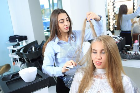 Photo pour Femme obtient une nouvelle couleur de cheveux dans un salon de beauté - image libre de droit