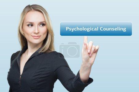 Photo pour L'homme d'affaires appuie sur le bouton de conseil psychologique sur les écrans virtuels. Entreprise, technologie, Internet et concept de réseau - image libre de droit