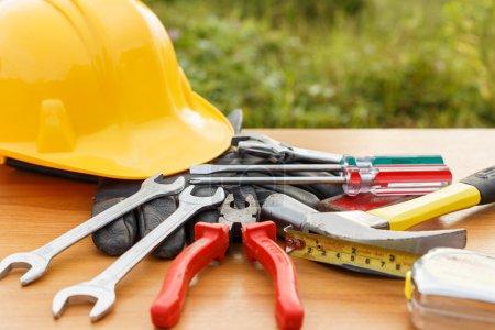 Photo pour Gros plan d'outils de travail assortis sur bois - image libre de droit