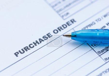 Photo pour Bouchent le bon de commande avec un crayon bleu au bureau - image libre de droit