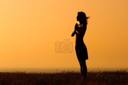 Photo pour Silhouette d'une femme méditant. Tranquillité d'esprit - image libre de droit