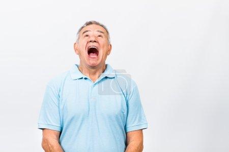 Photo pour Senior homme est très en colère à cause de quelque chose et il hurle. Homme en colère de haut cris - image libre de droit