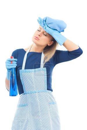 Photo pour Jeune femme au foyer fatiguée avec spray isolé sur blanc - image libre de droit