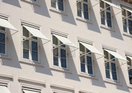 Photo pour Perspective de gros plan sur fond gris avec auvent blanc - image libre de droit