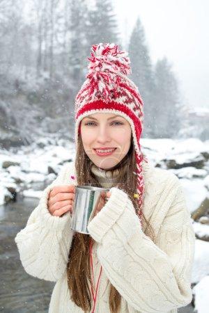 Photo pour Portrait d'hiver femme boire du thé chaud sur paysage enneigé incroyable - image libre de droit