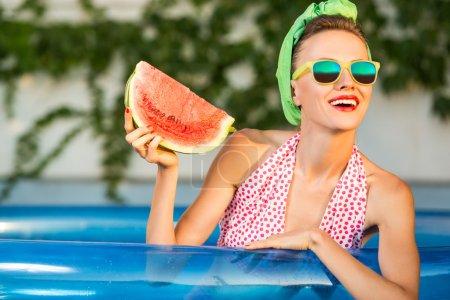 Photo pour Belle jeune femme dans une piscine - image libre de droit
