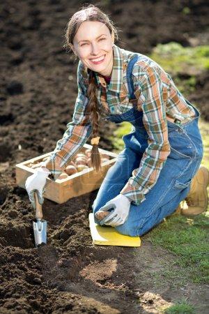 agricultora que trabaja en el jardín