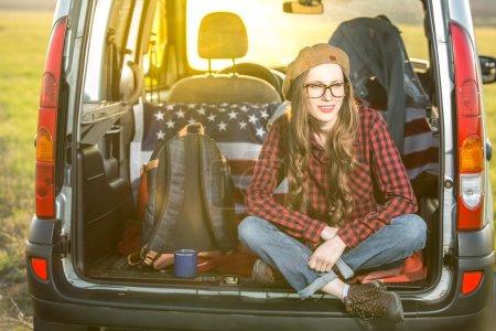 Photo pour Vacances, voyages - les femmes voyagent en voiture. baclkight - image libre de droit