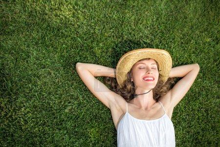 Photo pour Femme libre, jouir de la liberté de se sentir heureux en position couchée sur l'herbe - image libre de droit