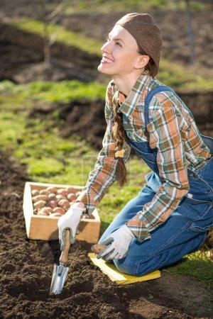 Jardín de primavera o mujer de granja