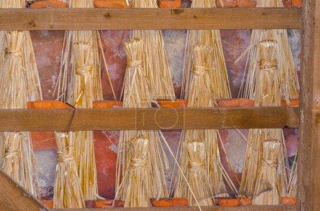 Techo de paja tradicional con paja como aislamiento