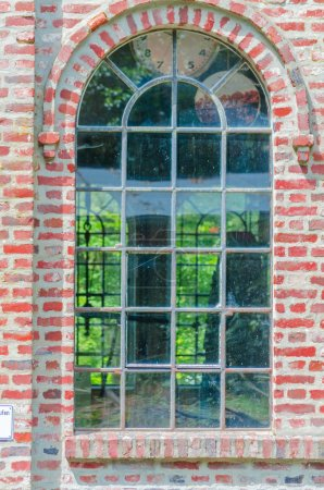 Photo pour Voici une belle vieille fenêtre en fer d'acier dans le style westphalien . - image libre de droit