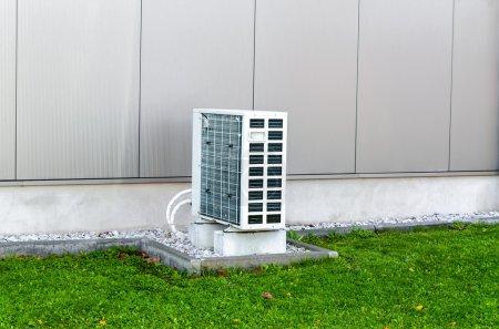 Photo pour Pompe à chaleur air d'un bâtiment industriel. La pompe à chaleur air-air unité extérieure - image libre de droit