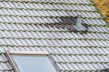 Photo pour Toit avec rime après le premier gel. Toit avec isolation . - image libre de droit