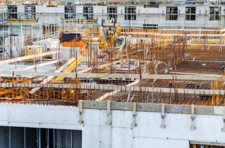 Photo pour Vue d'ensemble d'un ouvrage structurel. La dalle de plancher est coulée en béton . - image libre de droit