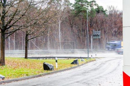 Photo pour Vue d'un parking sur une autoroute sous une forte pluie . - image libre de droit
