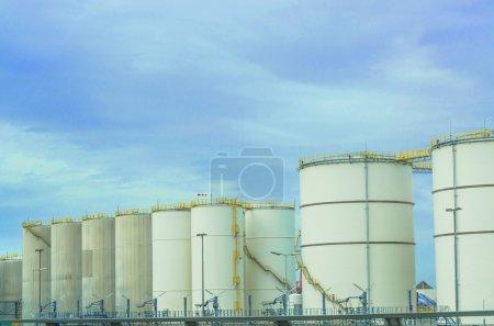 Photo pour Plusieurs grands réservoirs de carburant industriels blancs pour l'essence et l'huile - image libre de droit