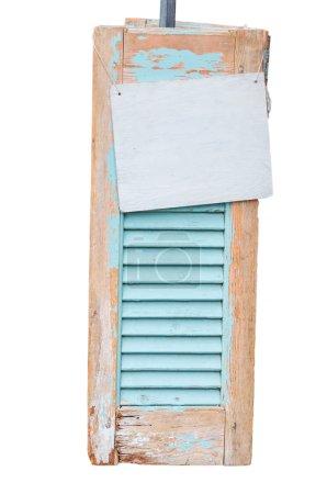 Photo pour Décoratif âge tanné des volets en bois avec panneau d'information, isolé. - image libre de droit