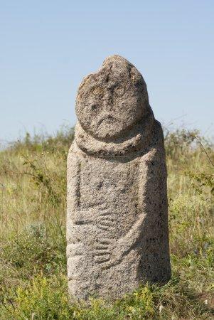 """Photo pour Idole de pierre de Scythe (stèles de Kurgan """"Babah"""") dans la steppe. Réserve nationale steppe """"Tonneaux de pierre"""", région de Donetsk, Ukraine - image libre de droit"""